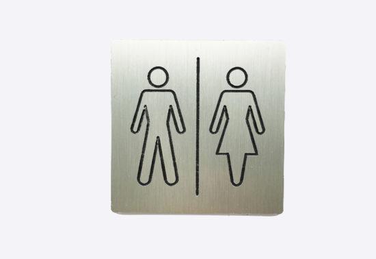 Skilt med toilet piktogram i rustfri staal look