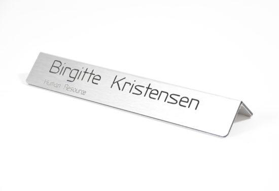 Bordskilt i børstet stål look - med graveret navn