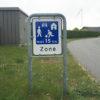 Skilt med legende børn 15 km zone
