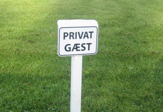 Hvidt parkeringsskilt til gæster