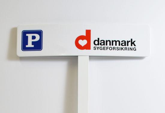 P-skilt eller parkeringsskilt med firmalogo